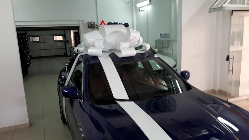Большой белый бант на Maserati машину d=1,5м. Ленты в подарок! Заказ в СПб 79213399753 бант-на-машину.рф