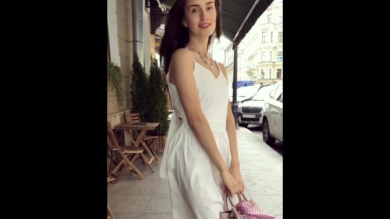 Платье из хлопка, 4200₽. Цвета: белый, розовый, голубой. Сзади бант. Размер единый (40-46). Сумка из кожи, 8500₽.