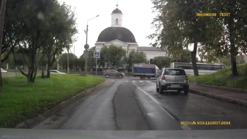 Школьник попал под машину, убегая от охранника магазина