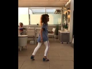 Зажигательный танец 9-летней дочери Юлии Пересильд