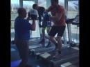 Валентин Молдавский довольно оригинально тренируется на беговой дорожке