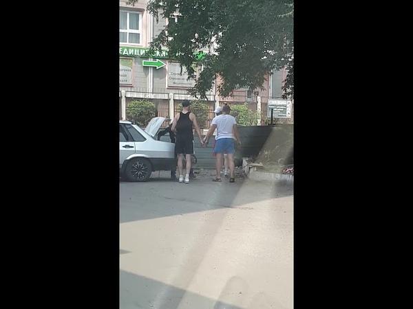 Отрабатывают люки от колодцев никого не стесняясь ) Это Новокузнецк детка