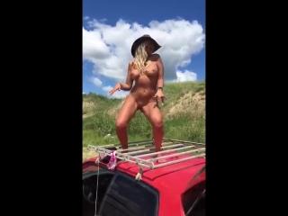 Классная блонди танцует голышом перед мужем и любовником на крыше авто