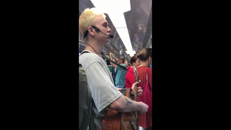 Талантливый парень радует пассажиров подземки