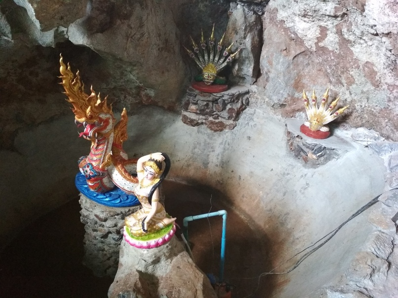 Скульптуры в пещерном храме Wat Tum Pha Pian (Wat Tham Pakpiang)