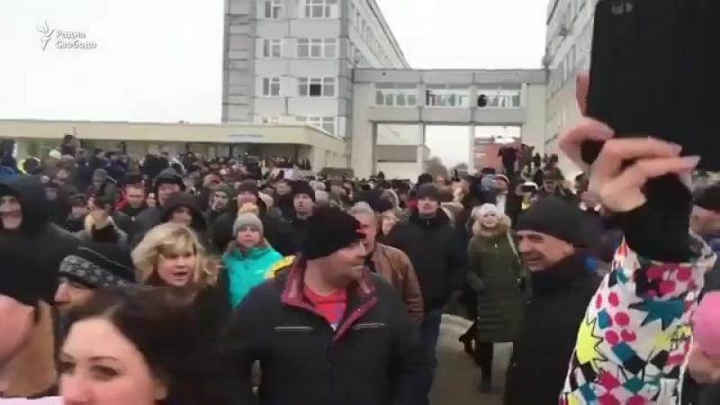 Губернатор Московской области единоросс Воробьев убегает от жителей Волоколамска под прикрытием охраны Люди кидают в него сне