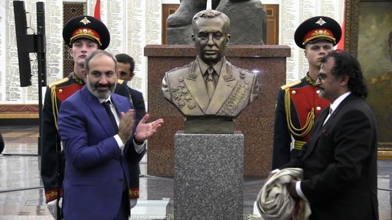 Никол Пашинян передал в дар бюст и портрет Главного маршала бронетанковых войск Музею Победы