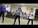 Ксюша Вьюгина танцует с какими-то девчонками