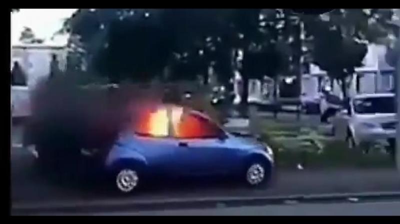 La violence monte dun cran dans les quartiers. - Ici une voiture bélier enflammée lancée sur des policiers