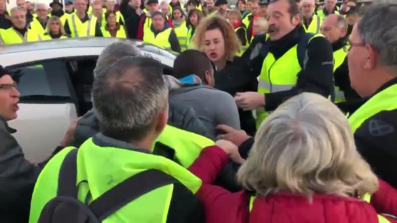 En direct du blocage des GiletsJaunes à Toulouse les premières échauffourées commencent entre les voitures qui veulent passer