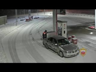 Работник УК сливает бензин в канистру по служебной топливной карте