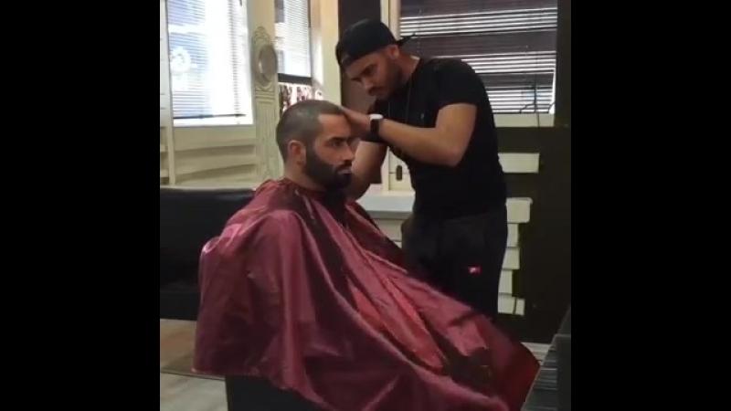 Дрочит в парикмахерской
