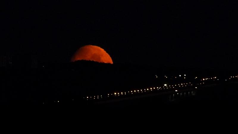 Луна на фоне моста 2018