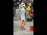 маленькая девочка очень круто играет на скрипке