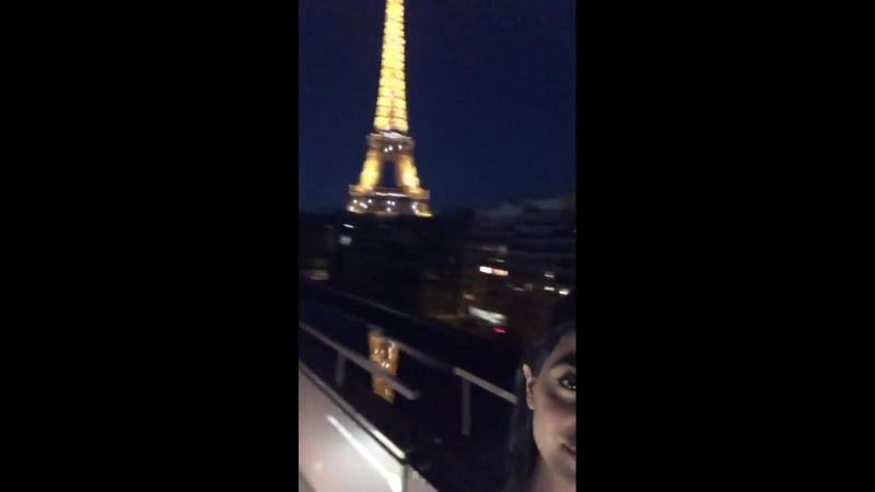 Эмерод напротив Эйфелевой башни