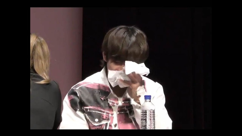 Taehyung's reaction was really CUTE when he accidentally spilling (choked) water on himself 😜😂😂