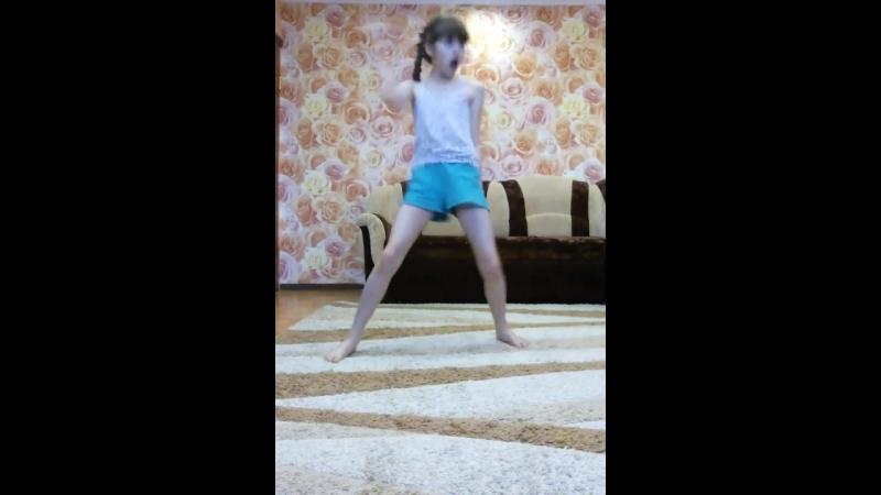 Танцую под песню Кэтти Перри.