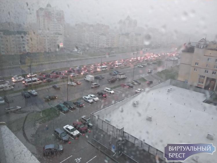 Город Брест опять заливает сильным ливнем. Фото с улиц