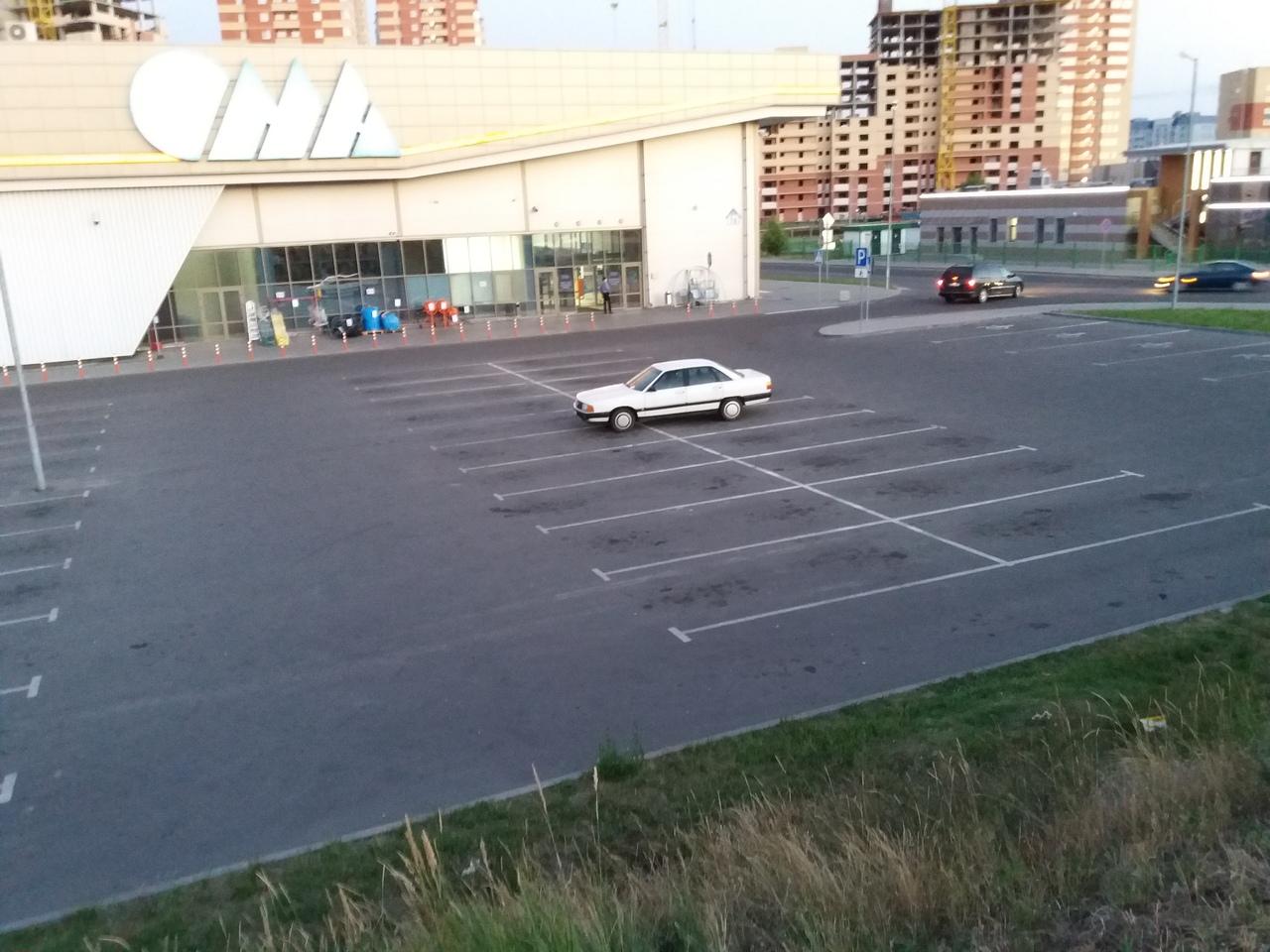 Брестчанин на AUDI-100 умудрился занять сразу 4 места на парковке