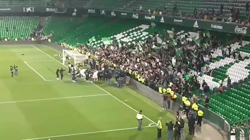 Игроки Бетиса вышли после матча к фанатам, чтобы отпраздновать выход в ЛЕ