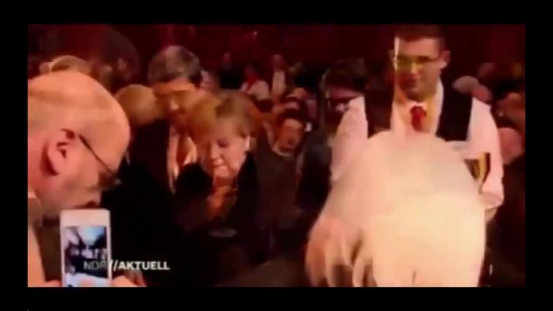 Официант вылил пиво на Меркель