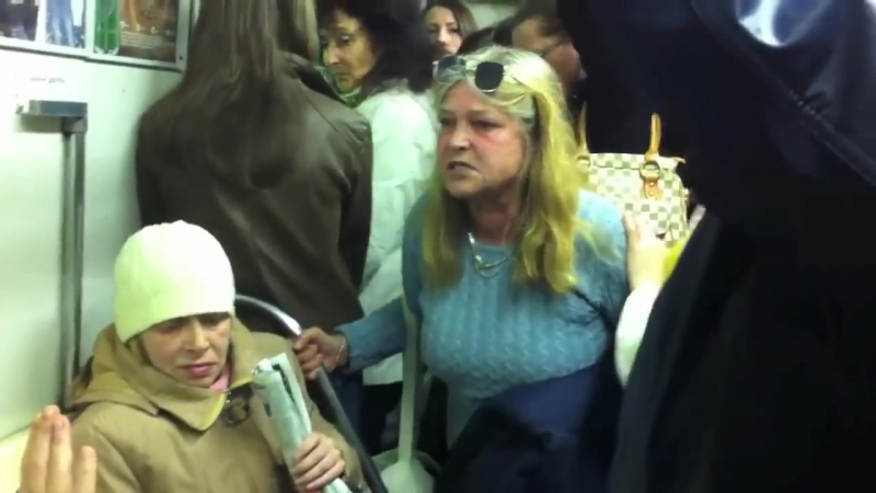 Бабка в метро накричала на пассажиров
