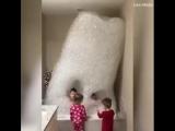 Дети в пене для ванны