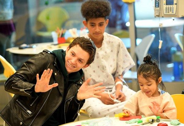 Том Холланд посетил детей в Медицинском центре LAC + USC 1 марта в Лос-Анджелесе