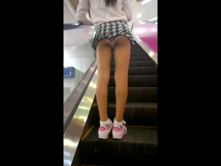 На эскалаторе под юбкой розовые трусики