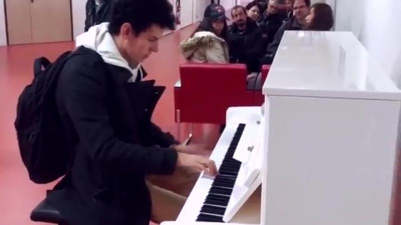 Парень удивил всех в Аэропорту! Играет на пианино 10 мелодий за 3 минуты! Виртуоз (6 sec)