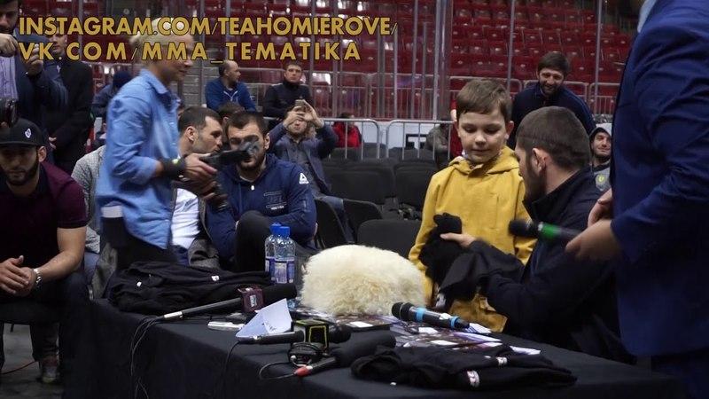 Хабиб получил папаху в подарок от мальчика из Челябинска [f,b, gjkexbk gfgf[e d gjlfhjr jn vfkmxbrf bp xtkz,bycrf