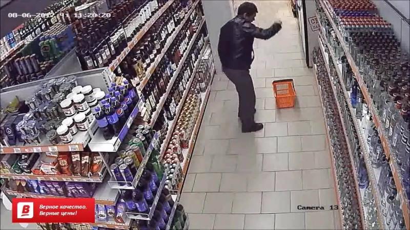 Алкоголик танцует в магазине