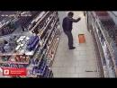 Мужичок танцует в магазине