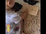 Папа с дочкои учатся считать и читать с помощью Wood Master