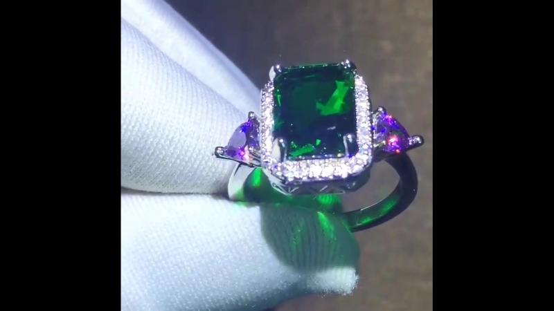 Шикарное кольцо с разноцветными цирконами
