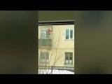 Пенсионер-инвалид добирается к себе в квартиру с помощью самодельного лифта