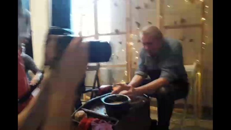 Олег Гаркуша в Театре Гончарного Волшебства первый раз за гончарным кругом
