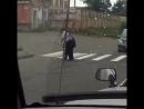 Полицейский в Ангарске переводит старушку через дорогу