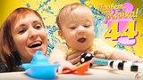 Бьянка и Маша Капуки плавают в бассейне. Видео для детей