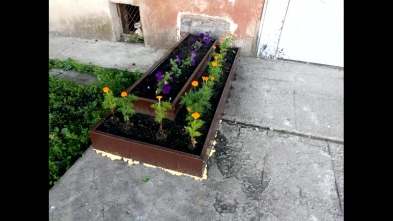 Подарок от управляющей компании - кладбищенские оградки для могил в качестве клумб Верхняя Пышма, Успенский проспект, 40а