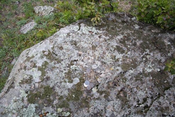 На каких-то камнях оставляют монетки, видимо, считая, что нашли тот самый камень. Признаюсь, я и сам из далека считал, что это тот самый круглый Колобок, ведь иначе как я получил эту фотку?