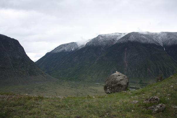 Глядя на такой простор и красоту понимаешь, что шаман сюда не просто так забрался. Но где он тут жил? Наверное, палатка какая-то была.