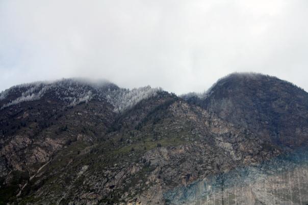 Ещё немного скал в сумраке тёмного неба со снежными шапками.