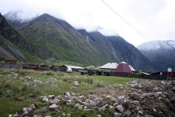 Деревня Кё на фоне гор.