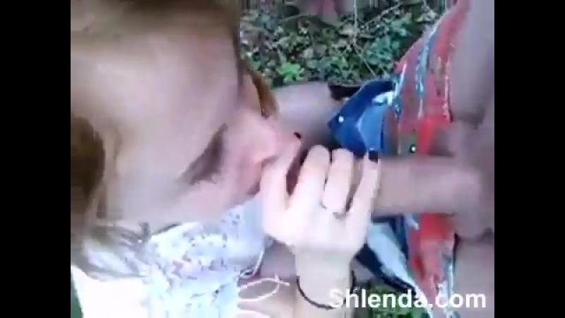 Сочная телка отсасывает на природе хуй своему парню секс порно минет_360p_alt