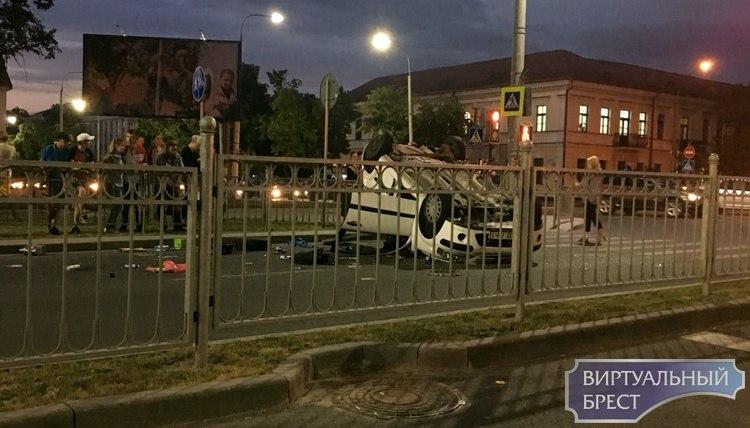 На проспекте Машерова в результате ДТП перевернулся автомобиль, есть пострадавшие