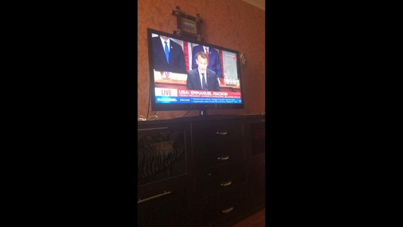 Макрон загоняет хуйню про демократию в прямом эфире