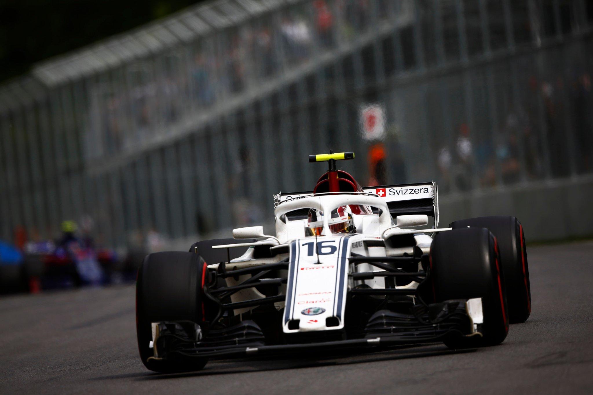 Шарль Леклер за рулём болида Sauber