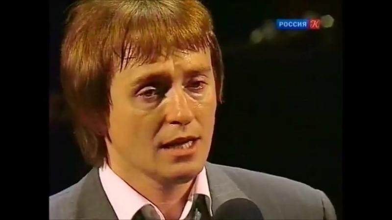 Сергей Безруков исполняет песню на стихотворение Сергея Есенина Листья падают