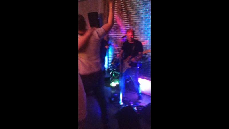 Очередной мясной концерт в боевом городе Алейск, Гриль бар Рубль. Поёт настойчивый гость